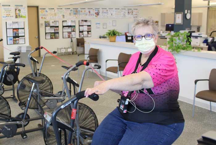 Janis Fletcher, sobreviviente de un ataque cardíaco, se ejercita en fisioterapia