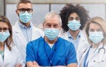 Profesionales de la salud en máscaras